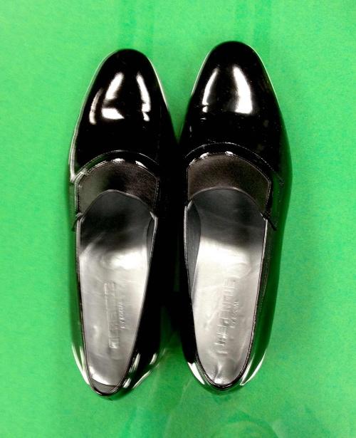黒のエナメル靴