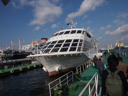 横浜港内を一周する船