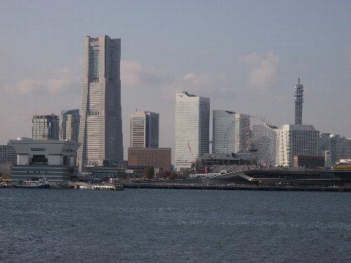 横浜港内を一周する船からみなとみらいを望む