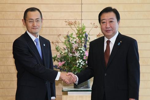 野田佳彦首相と握手するノーベル賞受賞者の山中伸哉教授。首相官邸HPより