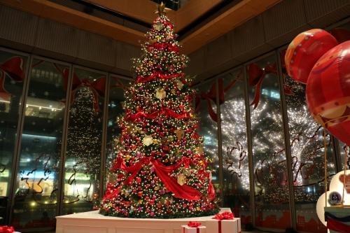 東京駅前の丸ビル内のクリスマスツリー