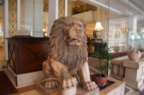 泊まったホテルのように、ライオンを写実的に引き写した像