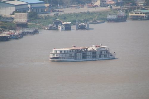 3階建ての腰高の客船