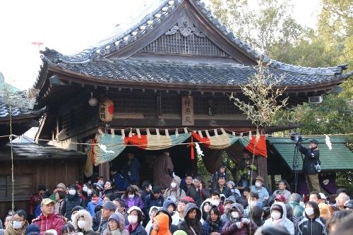 社殿の前に集まる見物人