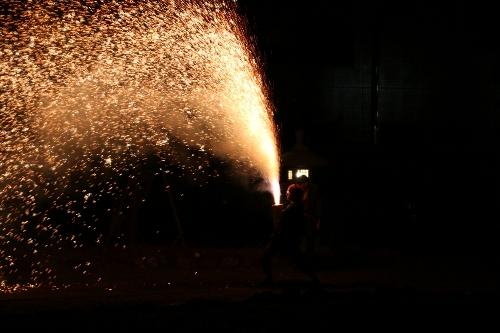 手筒花火を起こして身体の右側に保持する