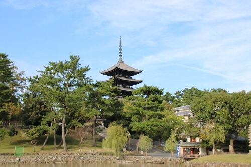 興福寺五重塔。猿沢の池越しに見る。