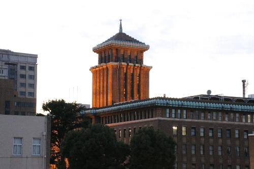 塔が四角い神奈川県庁(キング)