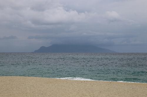 永田いなか浜の向かいに見える口永良部島