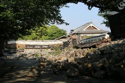 崩れた石垣と建物
