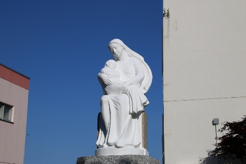 シャルトル聖パウロ修道女会函館修道院マリア像