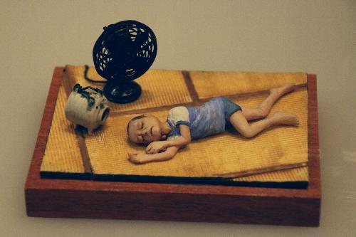 浜松ジオラマファクトリー 扇風機の前で気持ちよく寝入っている男の子