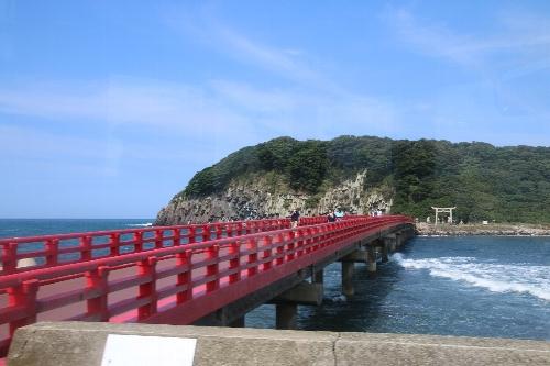 雄島に繋がっている赤い歩道橋