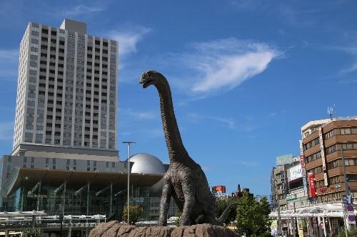 福井駅前広場にある動く恐竜の像