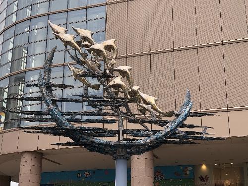 宮田亮平文化庁長官(元東京芸術大学学長)作のイルカをモチーフにした像