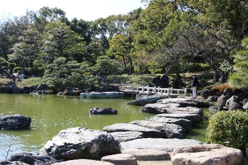 中心に大きな池