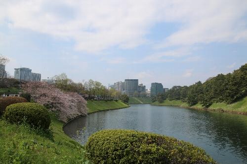 桜田濠から半蔵門方向を見晴らす