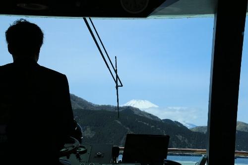芦ノ湖遊覧船船長さんの操舵