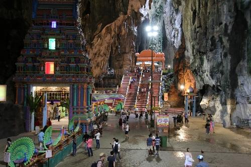 バツー洞窟の272段の階段を登り切ったところにある大きな洞窟でできた広場