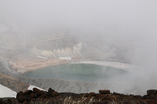 霧に包まれる御釜