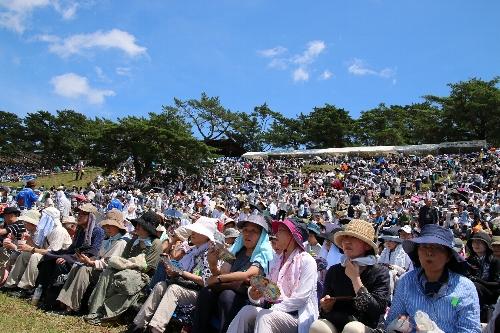 会場の雲雀ケ丘祭場地の観客席