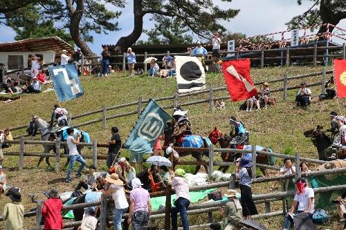 甲冑競馬で勝って羊腸の坂を駆け上がる