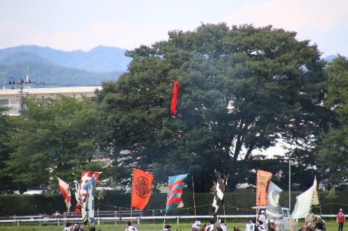 神旗争奪戦で騎馬武者の頭上に降りてくる赤い神旗