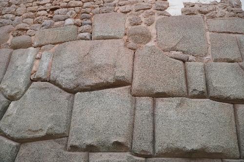 インカ時代の石垣とその後の石垣