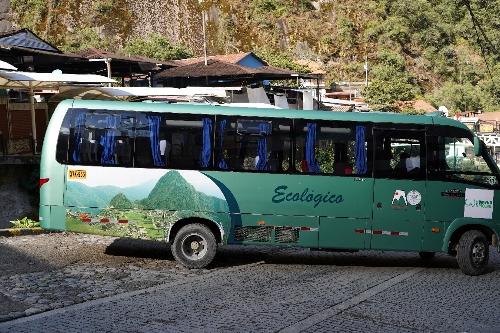 マチュピチュ遺跡行きの小型バス