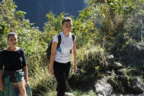 マチュピチュ村から歩いて登ってくる若い女性達