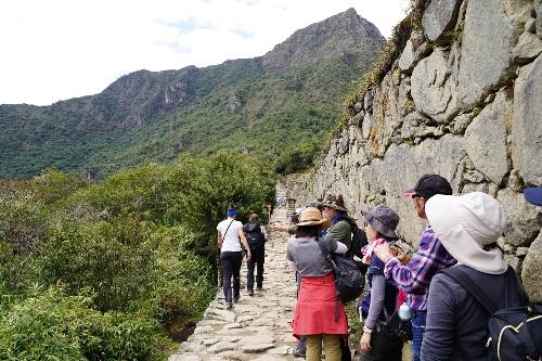 右手に石垣、左手に断崖絶壁という場所を歩いて見張り台の下まで行く途中