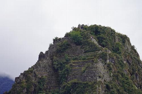 超望遠(300mm)に取り替えてマチュピチュ山頂上を見ると登山者が見えた。