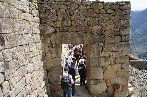 石積みのアーチ形の門