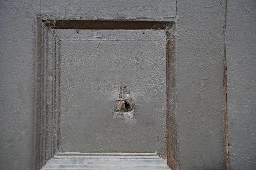 旧日本大使公邸跡の門の扉に空いたままとなっている銃弾による穴