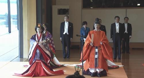 皇嗣一家のお四方は、松の間の中で高御座に向かって左手に立たれた。官邸広報ビデオより