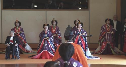 常陸宮殿下ら他の皇族方が一列になって入って来られて、右手に立たれる。官邸広報ビデオより