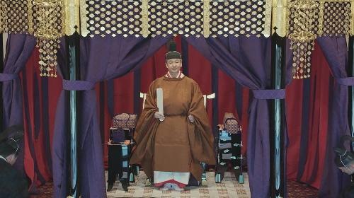 黄櫨染御袍を着用された高御座の天皇陛下。官邸広報ビデオより