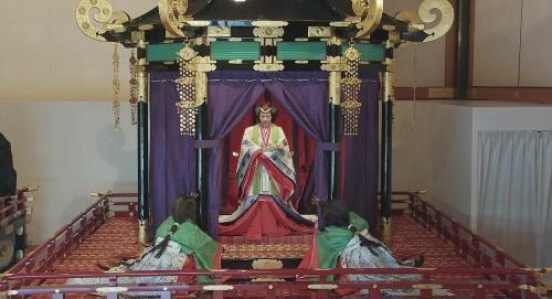 十二単姿で御帳台におられる皇后陛下。官邸広報ビデオより