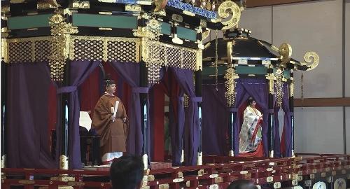 高御座の天皇陛下と御帳台の皇后陛下。官邸広報ビデオより