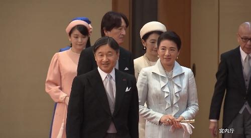 松の間で控えていると天皇皇后両陛下と皇族方が入ってこられた。官邸広報ビデオより