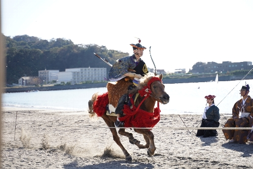 騎馬武者が全速力で馬を走らせてきた
