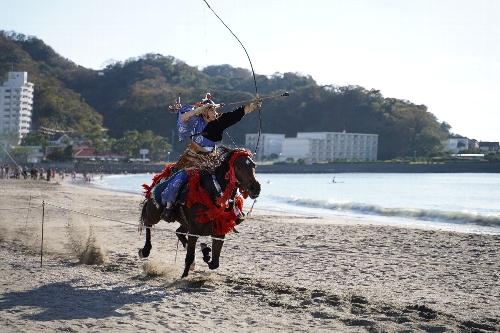 女性騎馬武者が二の的を狙う