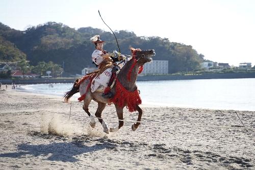 旗が上がっていないのに、もう騎馬武者が駆けてきた