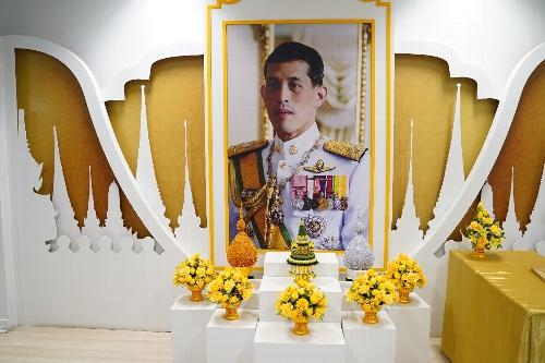 空港には、現国王の肖像画があった