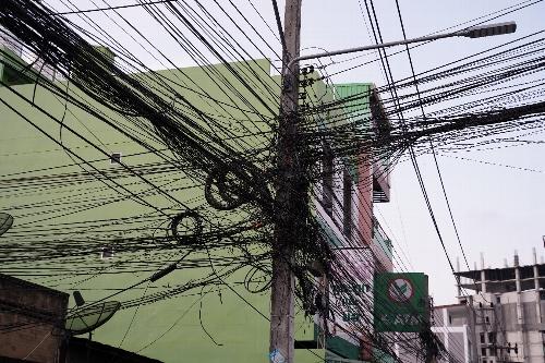 街中のこんがらがっている電線