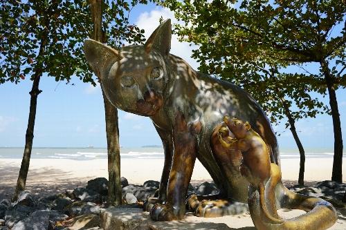 サミラビーチの猫と鼠の像