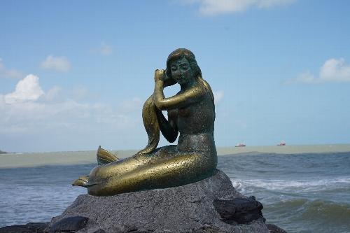 サミラビーチの人魚姫の像