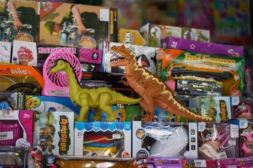 雑貨屋の店頭にあったおもちゃの恐竜