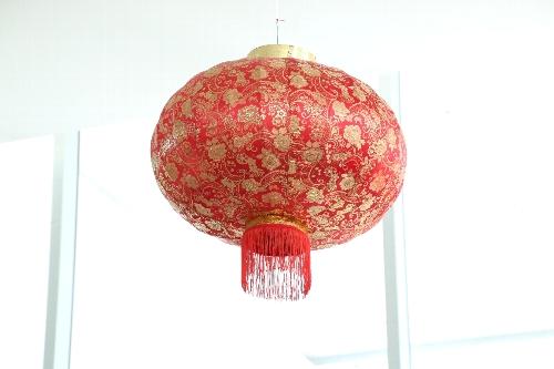 普通の家庭の正月飾り、玄関先に縁起物の赤い提灯(真っ赤な楕円球体に赤や黄色の房の付いたちょうちん)