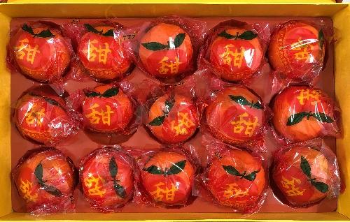 「恭賀新年」という化粧箱に入ったオレンジ