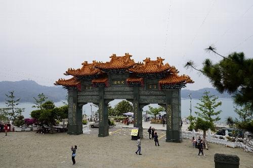 日月譚の湖に面する廟門